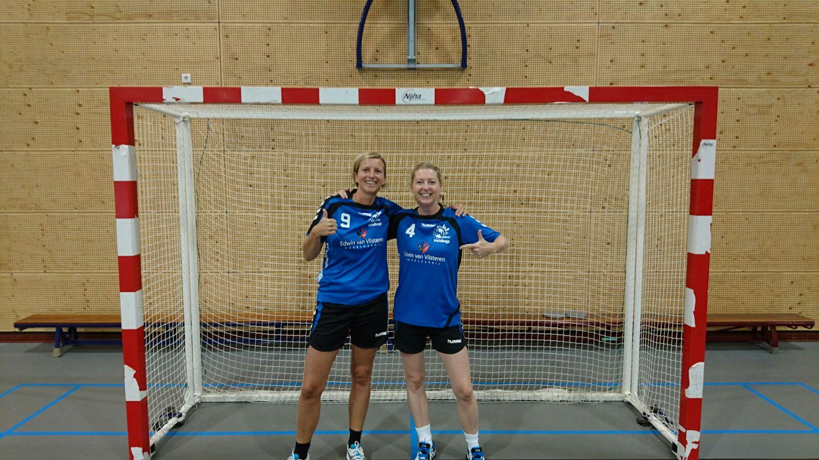 Monique en Iris van Vilsteren blij met sponsoring makelaar, broer en neef Edwin van Vilsteren!